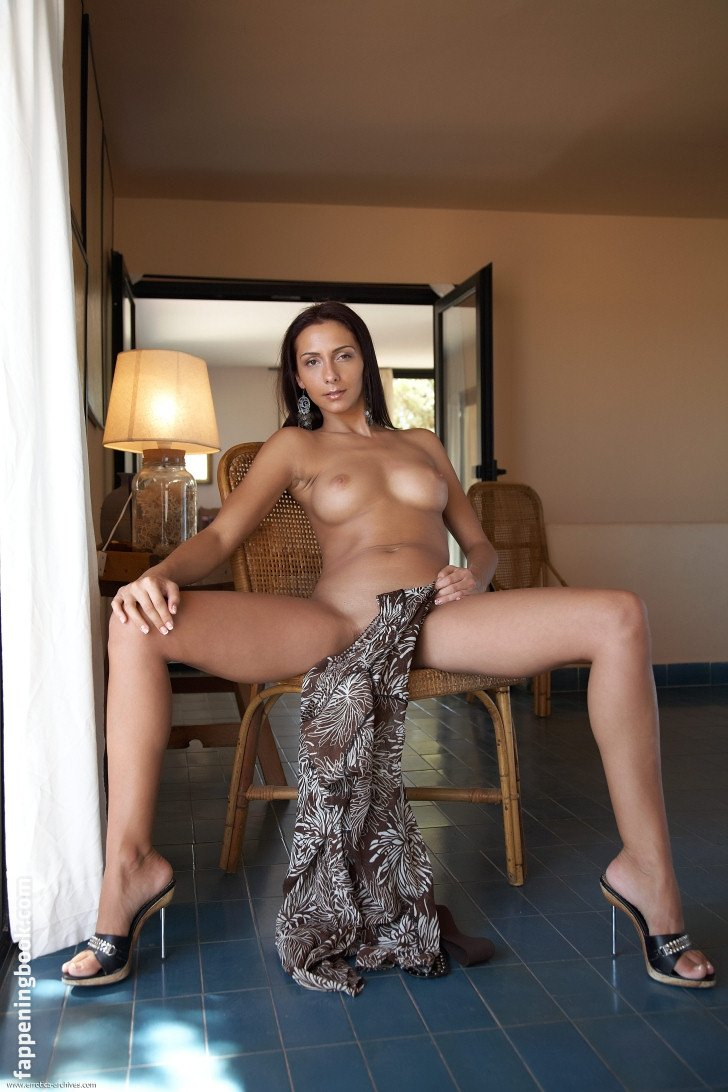 Amira Hazine  nackt