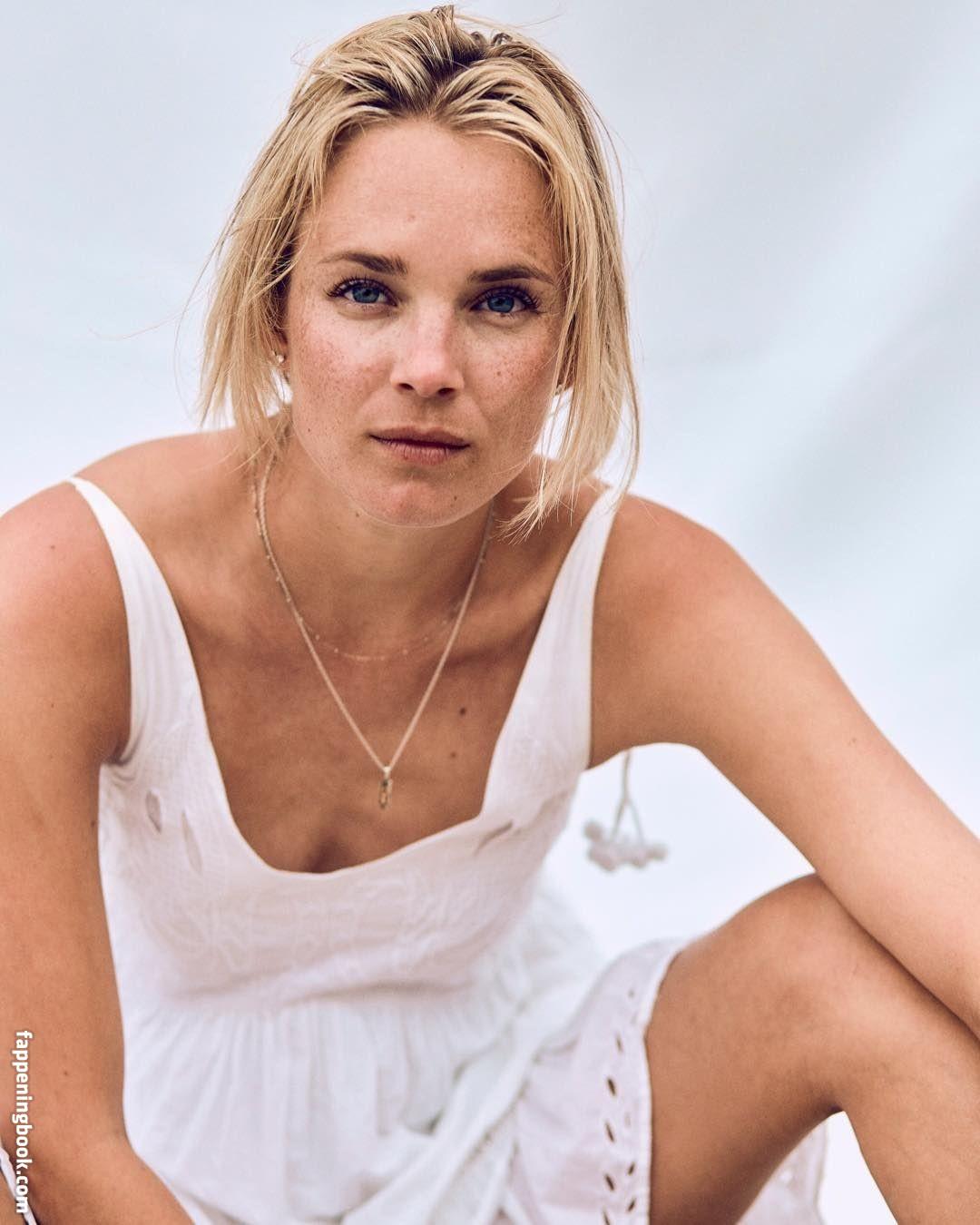 Nackt  Phoebe Schmidt 'Bridgerton's' Phoebe