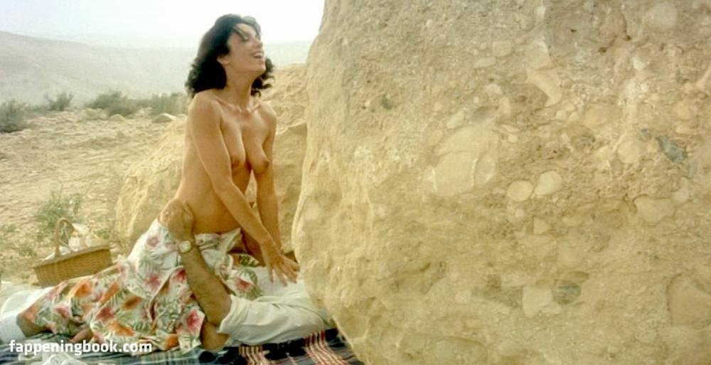 Layla Khoshnoudi  nackt