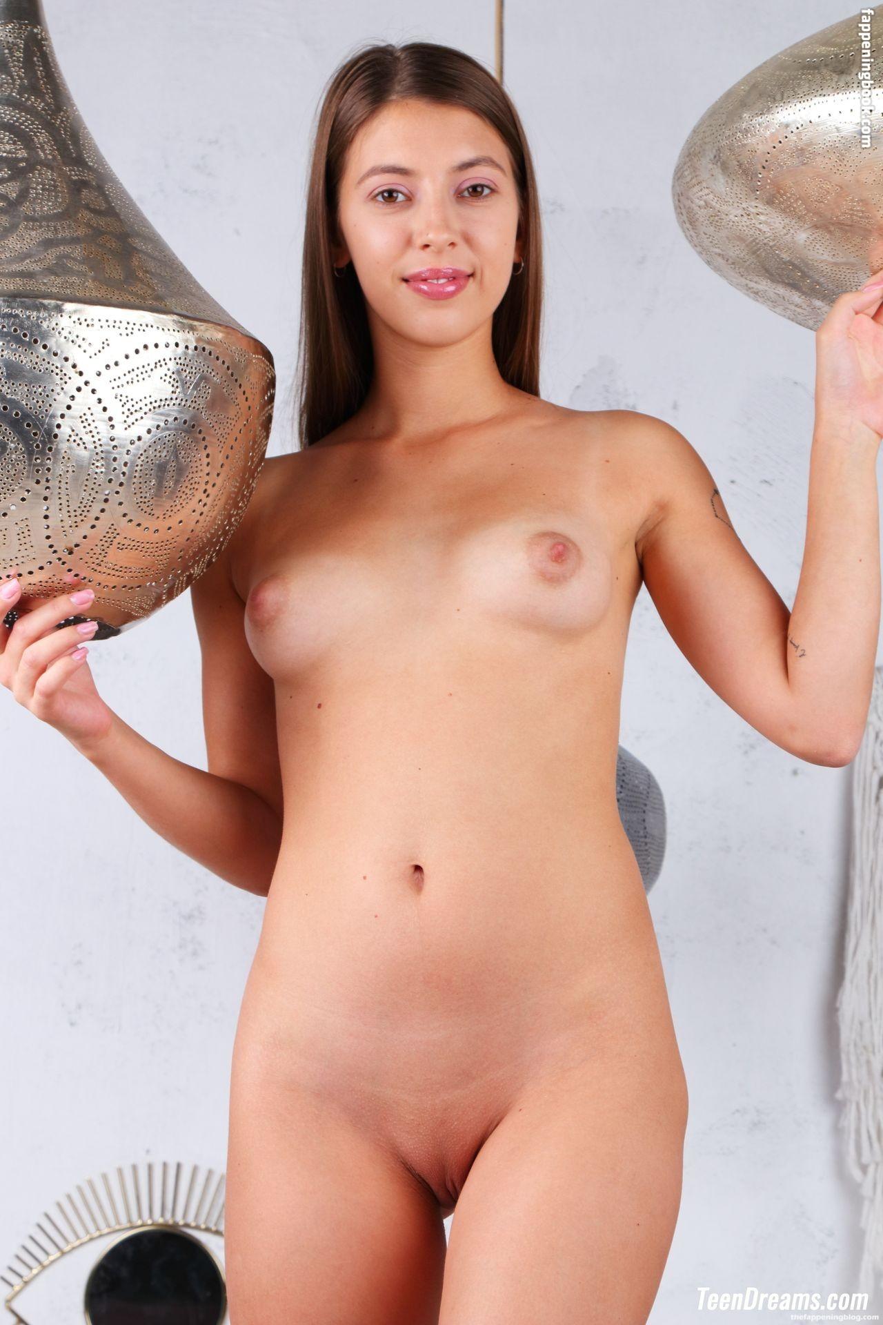 Avery Nona Nude