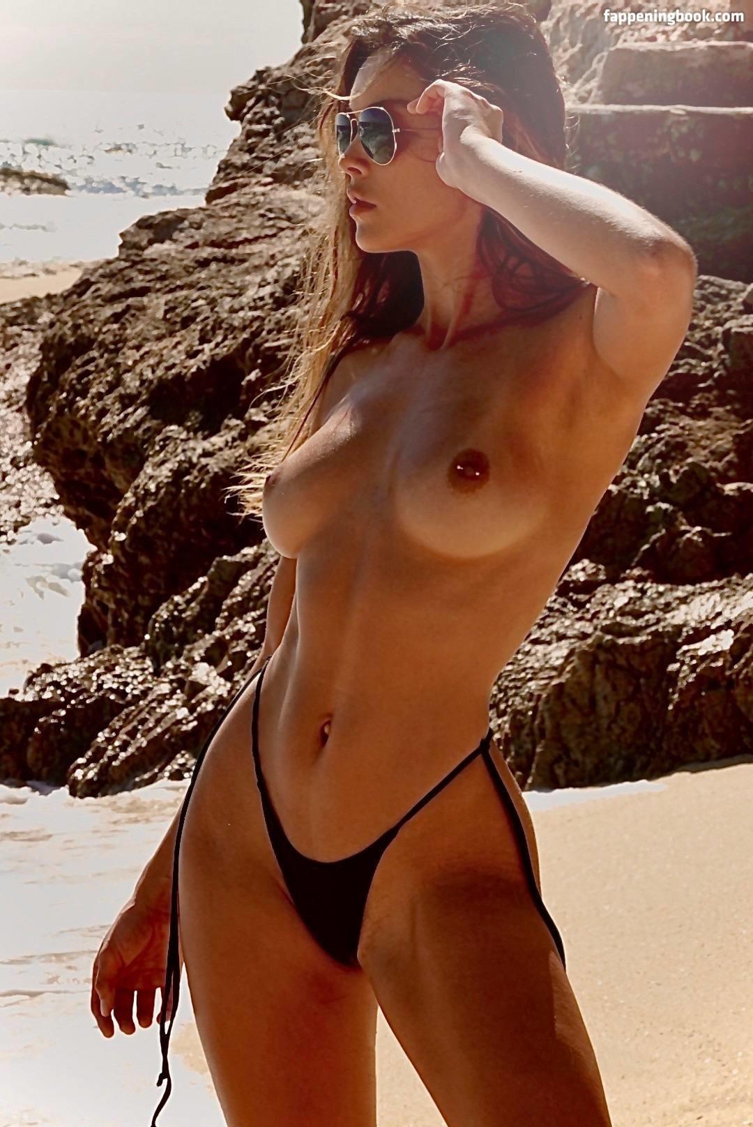Lana Pirian  nackt