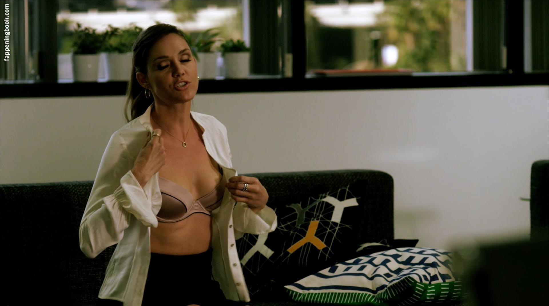 Kate nackt Berlant Cleavage