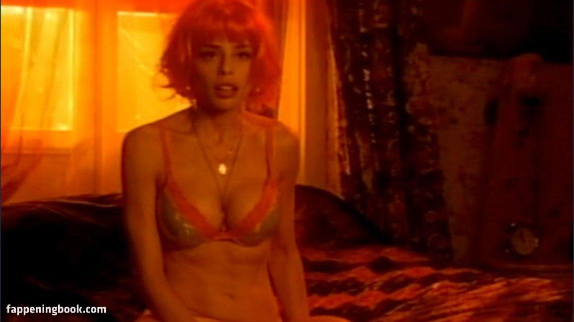 Elle nackt Trowbridge Topless photos