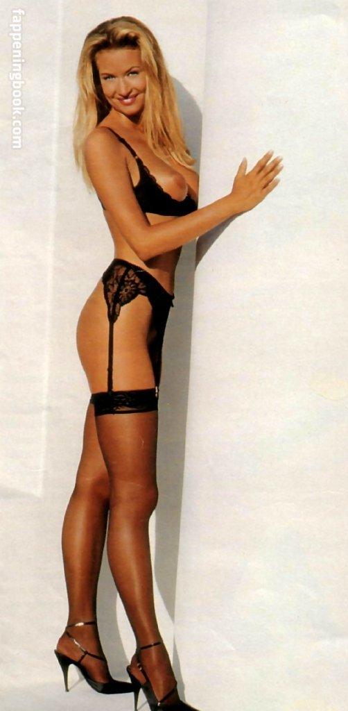 Hewitt nackt Sitara  Bikini