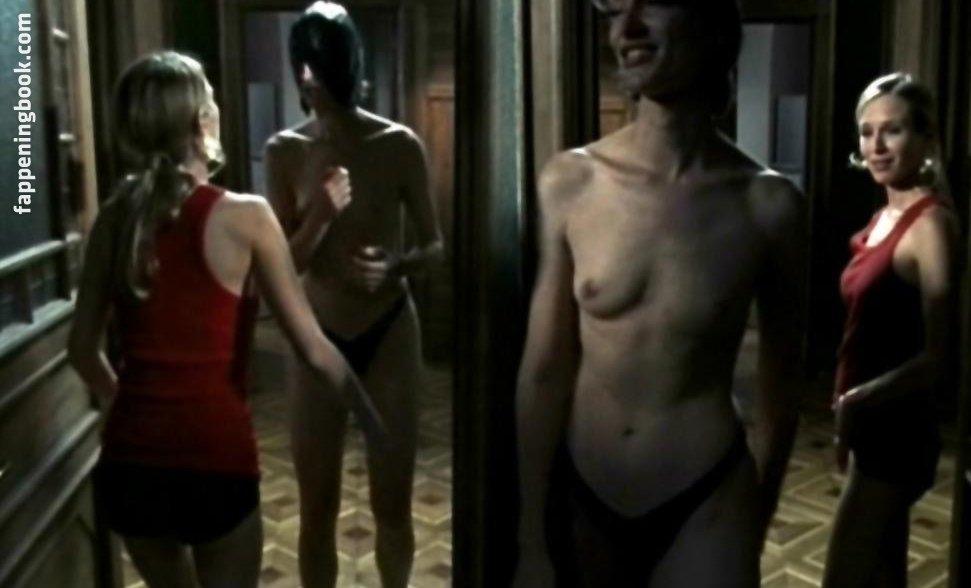 Sunkara nackt Elle  Naked Yoga