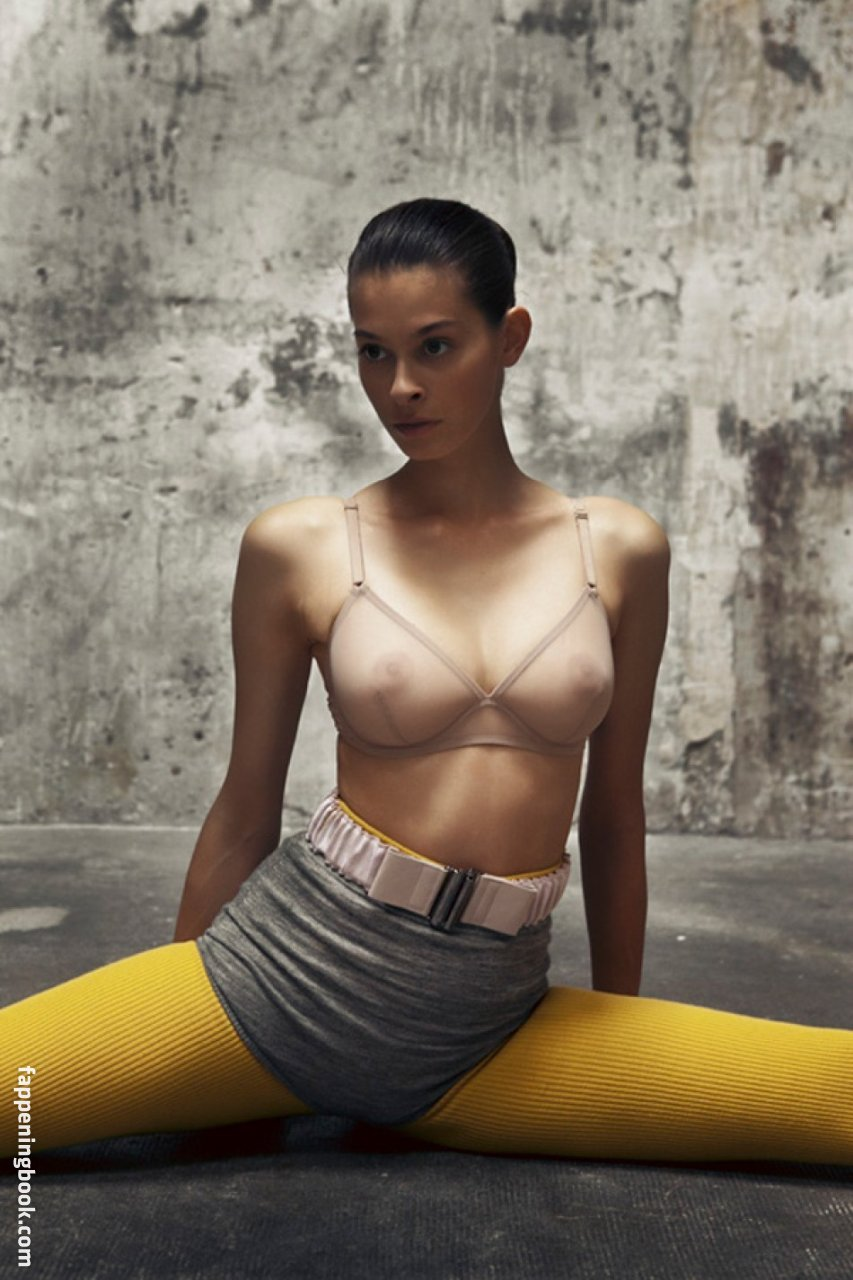 Lara Swiecicki Nude