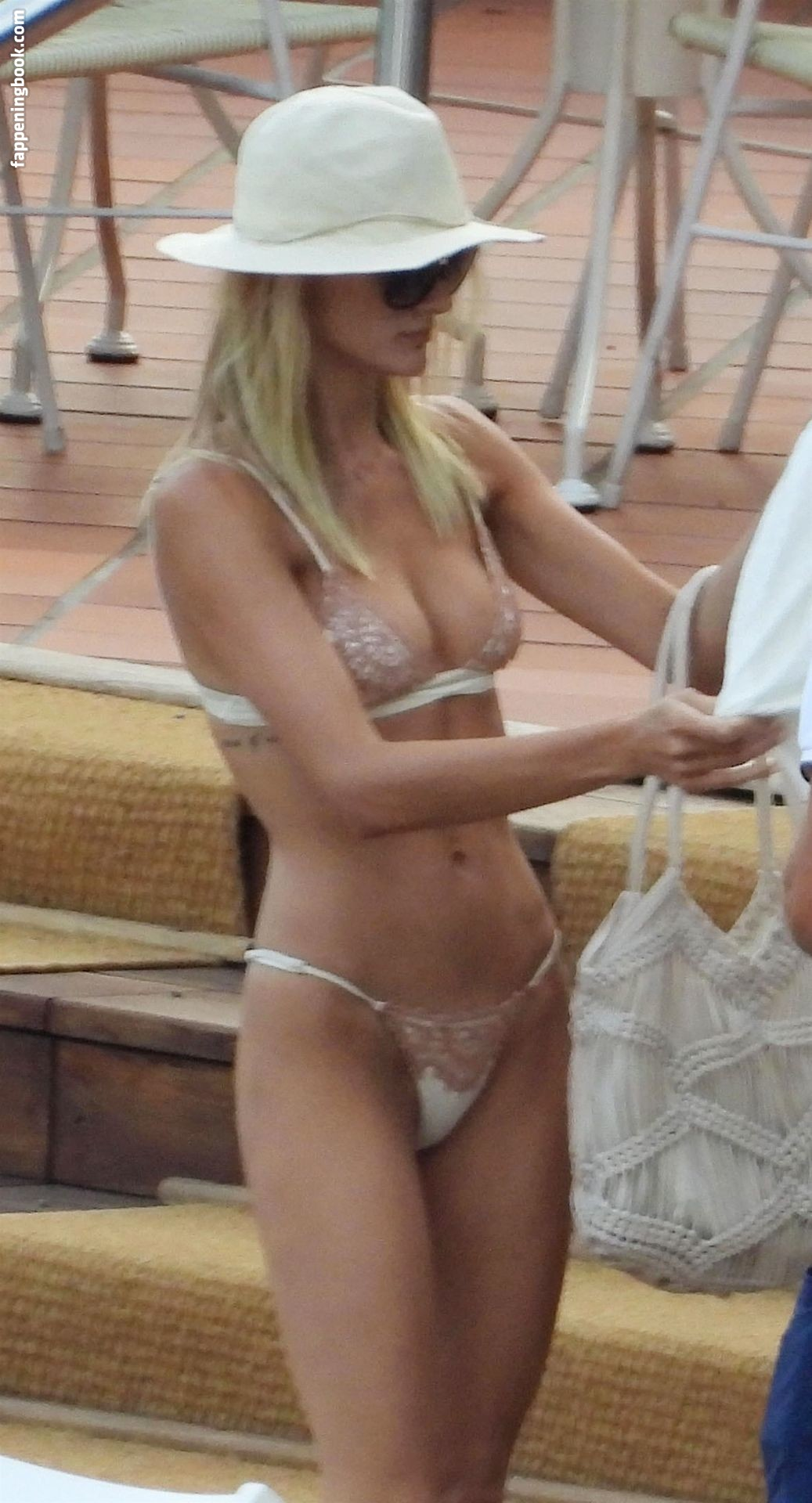 Laura Savoie Nude