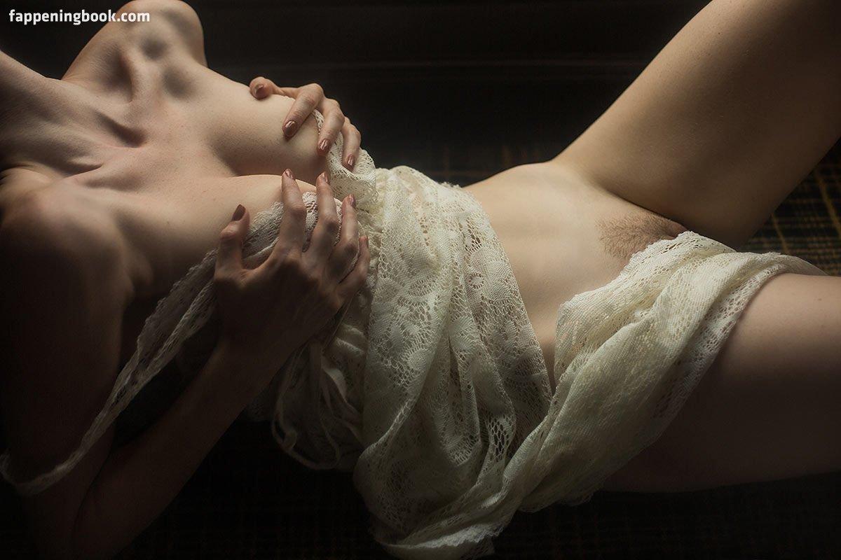 Leslie Sauvage  nackt