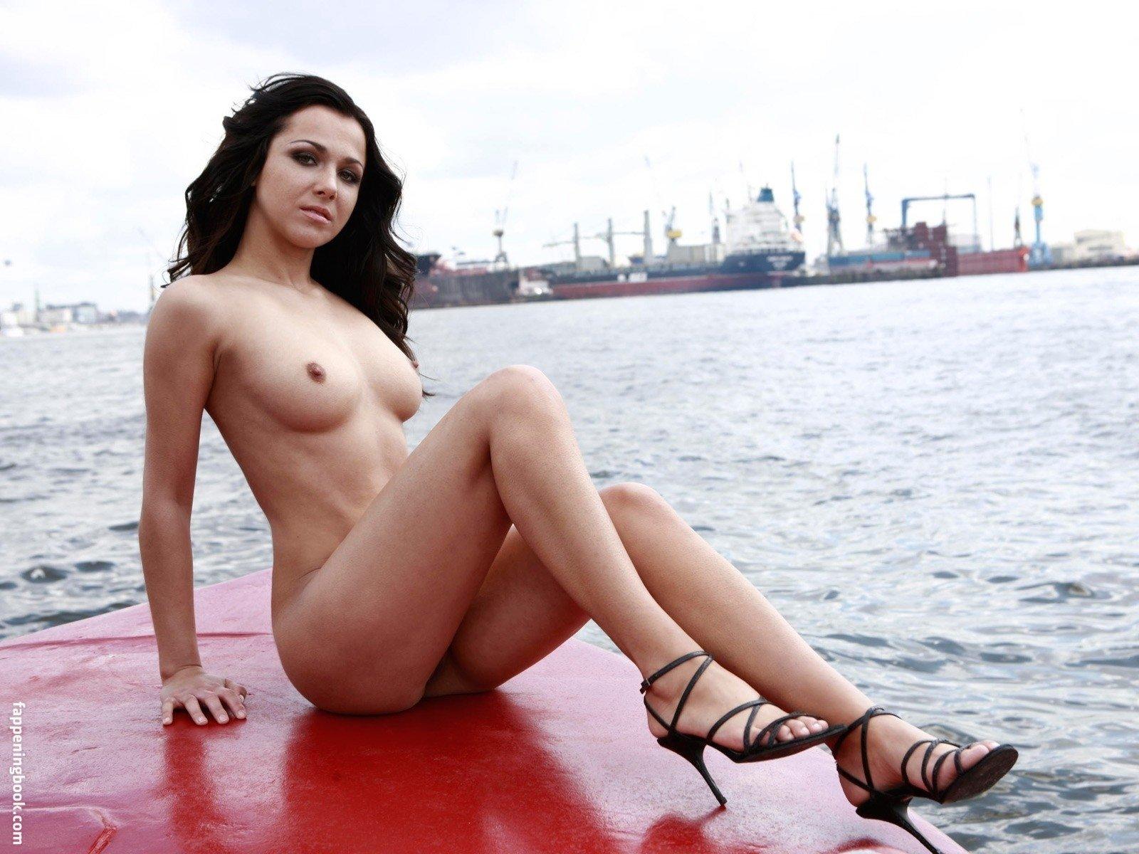 Kerouedan nackt Yvonne  Yvonne Kerouedan