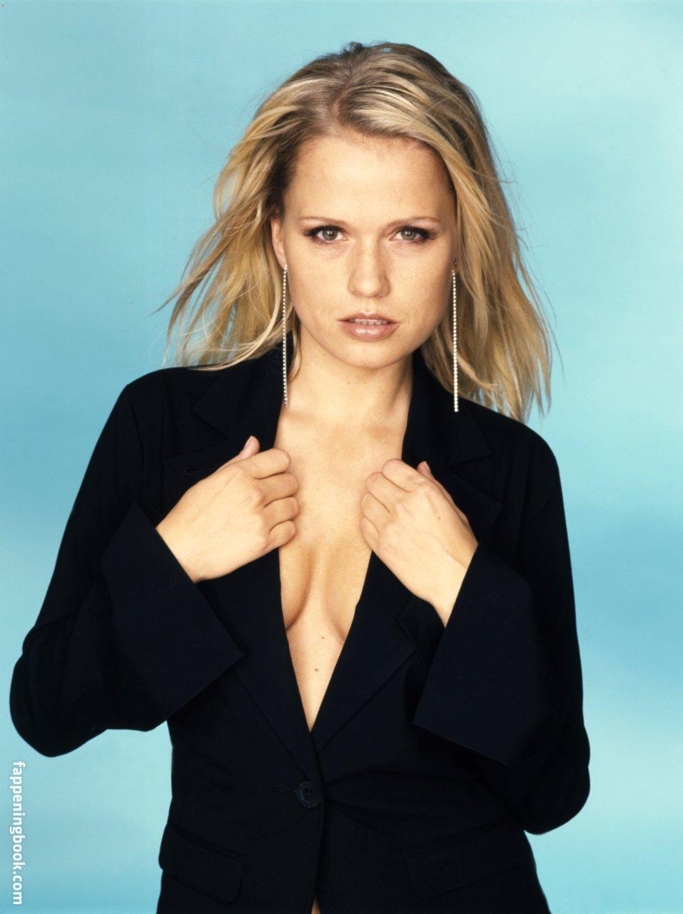 Stars Nude Sarah Johansen Pictures