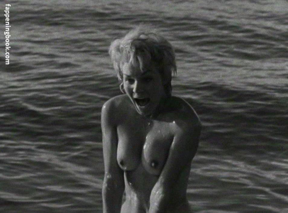 Tania Velia  nackt