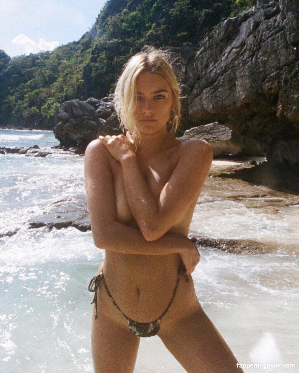 Tess Jantschek  nackt