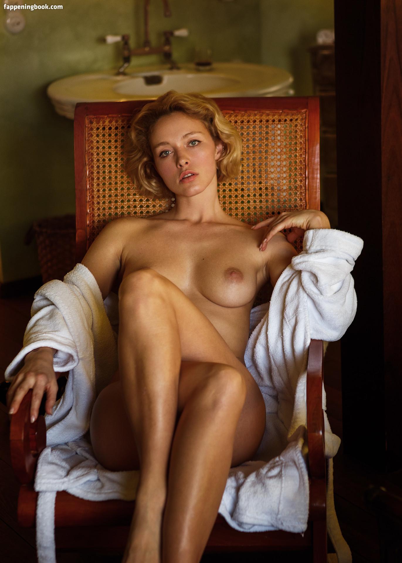 Alicia Eyo  nackt