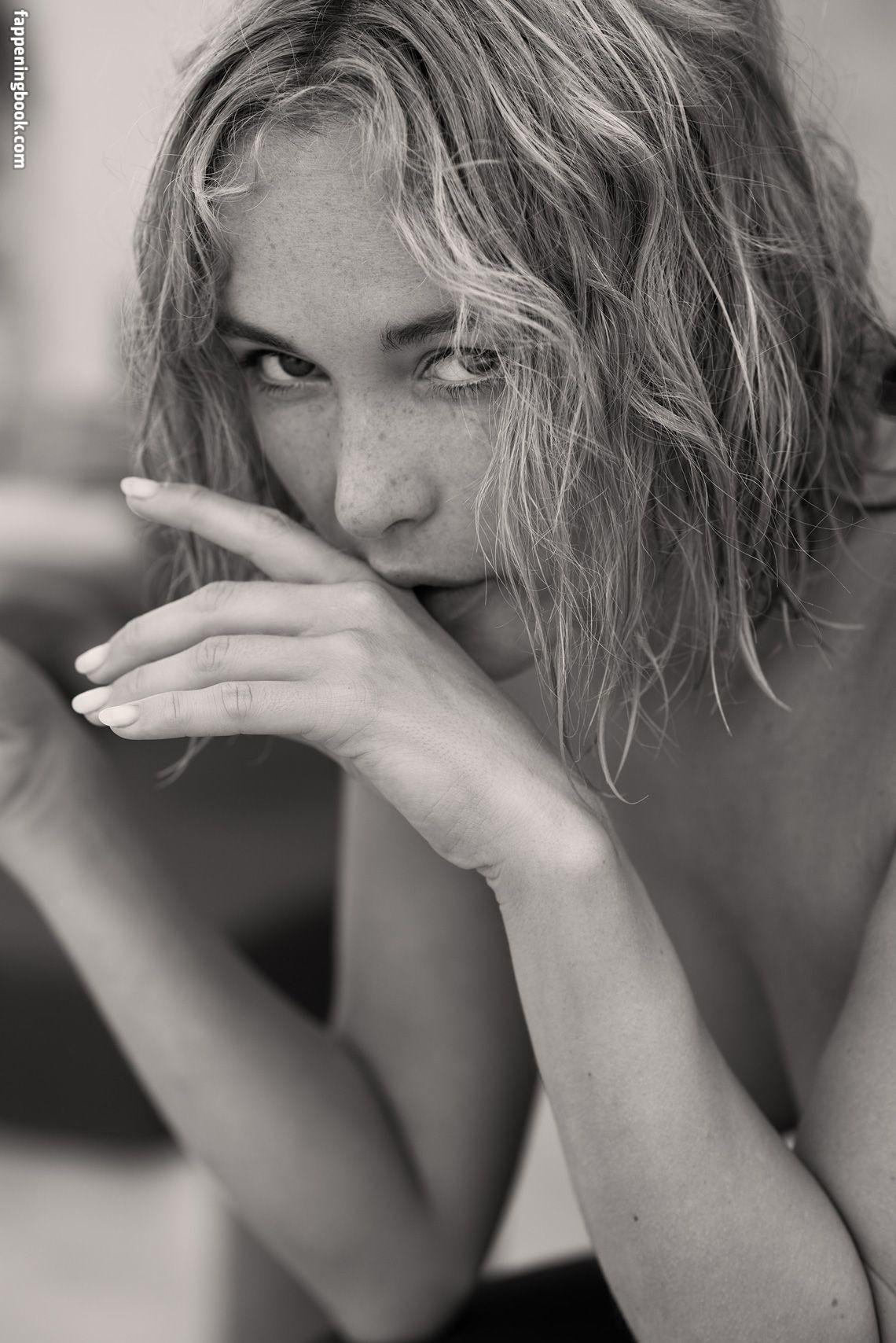 Nackt  Kathryn Walton-Ward Kathryn Walton
